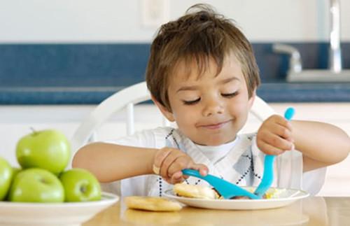 可爱小孩吃东西照片